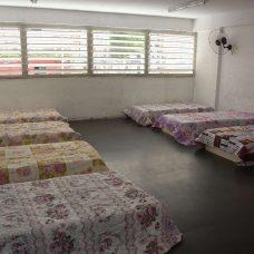 Instalações adaptadas e equipadas com beliches, roupas de cama e material de higiene. Foto: Marco Antônio Rezende/Prefeitura do Rio
