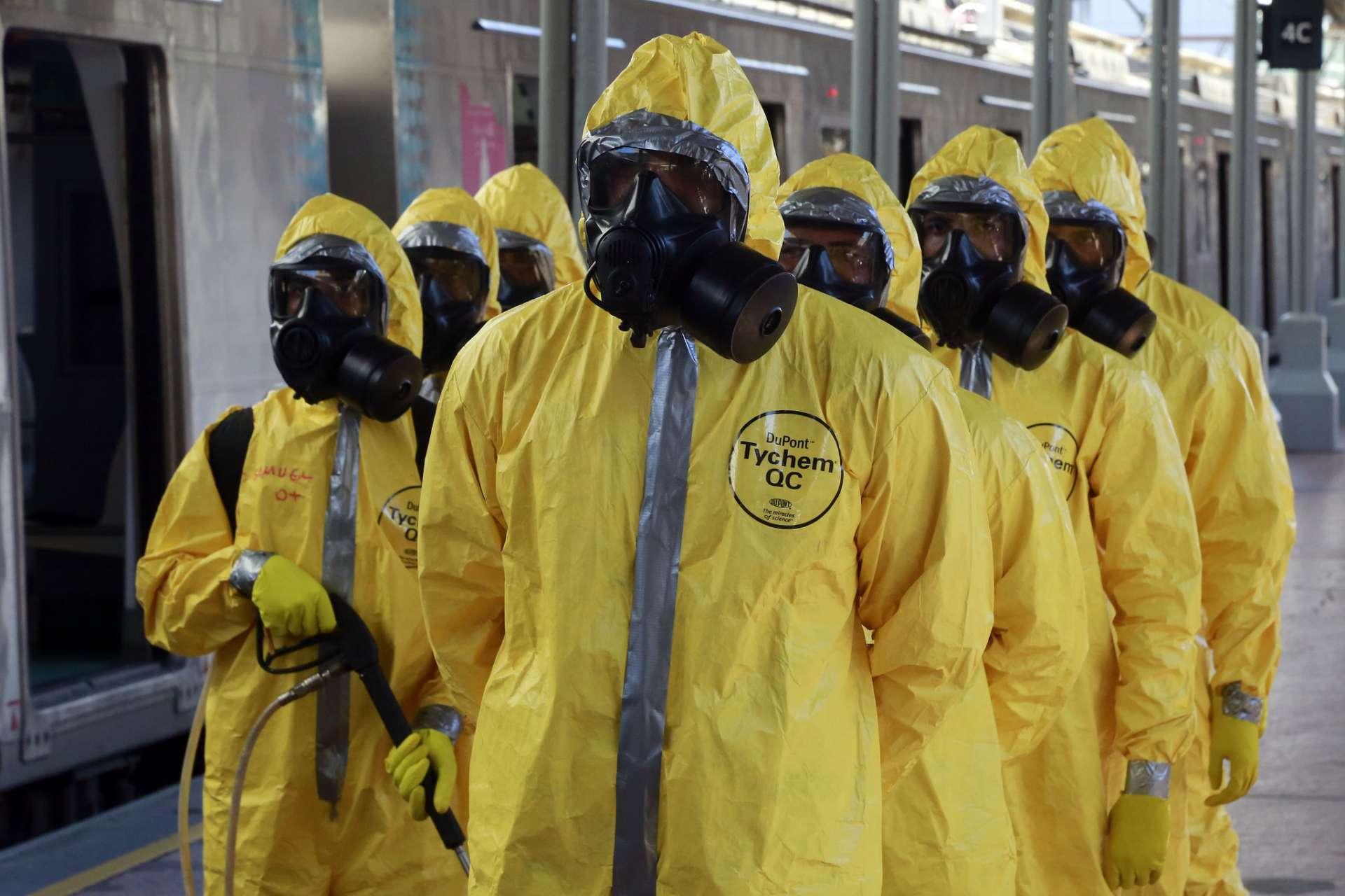 Militares fazem ação de desinfecção da Central do Brasil para evitar o contágio por coronavírus. Foto: Marcos de Paula / Prefeitura do Rio