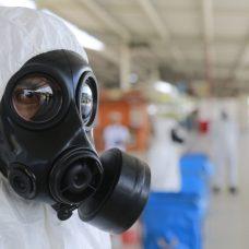 Militares usam equipamentos de proteção individual na ação de desinfecção. Foto: Marcos de Paula / Prefeitura do Rio