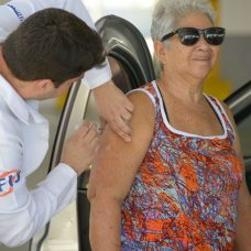 Vacinação pode ser feita em sistema drive thru. Foto: Marco Antônio Rezende / Prefeitura do Rio