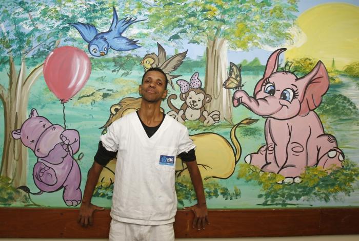 Renatinho, o maqueiro do Miguel Couto que alegrou as crianças da pediatria do hospital ao pintar paredes. Foto: Reginaldo Pimenta / Agencia O Dia