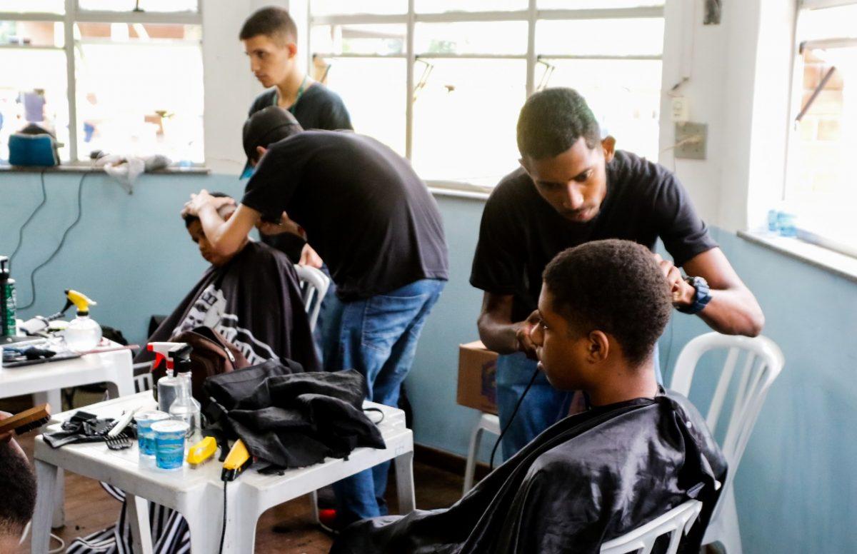 Cortes de cabelo grátis foram oferecidos na Vila Olímpica do Mato Alto na festa de 225 anos de Jacarepaguá. Foto: Marcelo Piu / Prefeitura do Rio