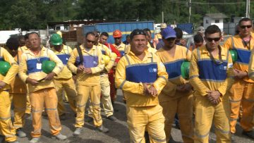 Operários recebem os parabéns do prefeito Marcelo Crivella pelas obras do BRT Transbrasil. Foto: Divulgação