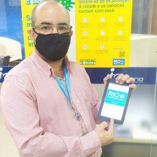 Alexandre Ribeiro, coordenador de suporte da IplanRio, mostra um dos tablets doados pela L´Oréal Brasil. Foto: Divulgação/ IplanRio
