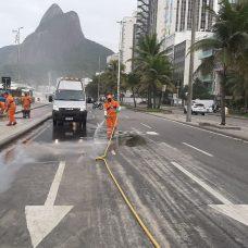 Comlurb utilizou 90 garis para recolocar areia levada por forte ressaca. Foto: Divulgação / Prefeitura do Rio